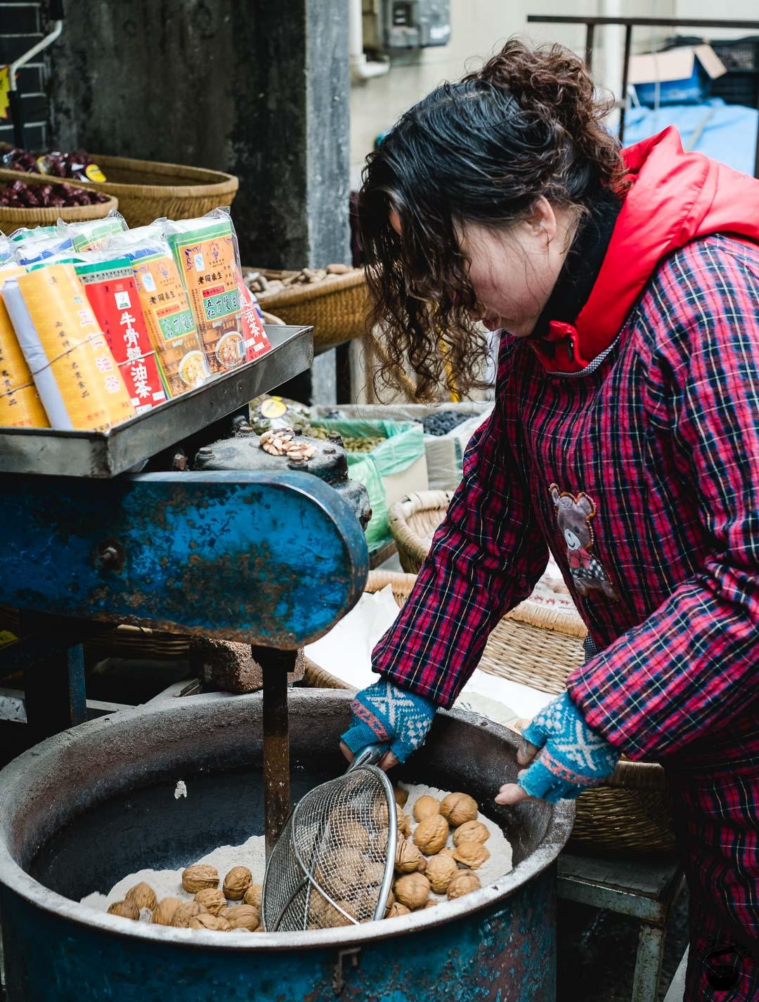 烧核桃 (kao he tao) Hui Min Jie Xi'an Muslim Street Food